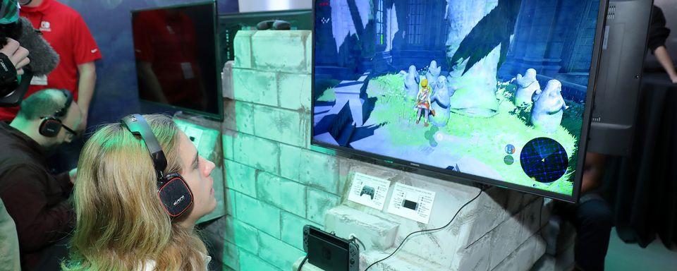 """Quelqu'un jouant à """"La légende de Zelda: le souffle de la nature"""" sur la Nintendo Switch. [Neilson Barnard - AFP]"""