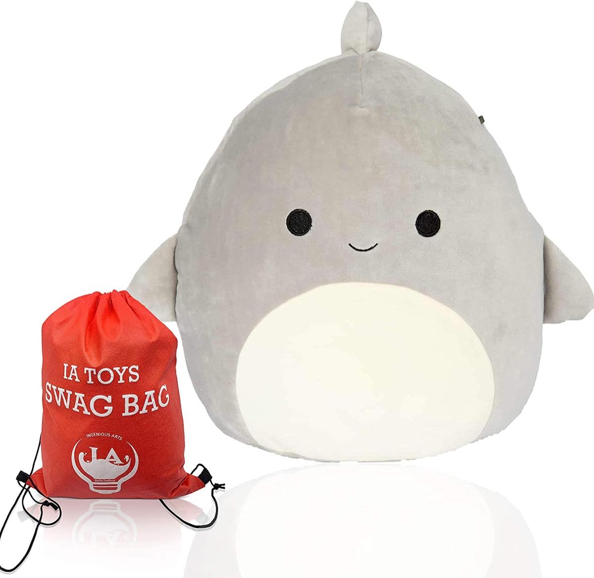jouet en peluche gris requin