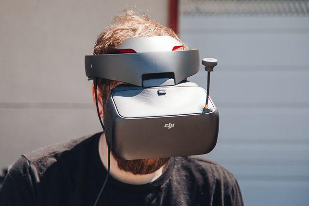 Une personne portant le casque DJI Goggles.
