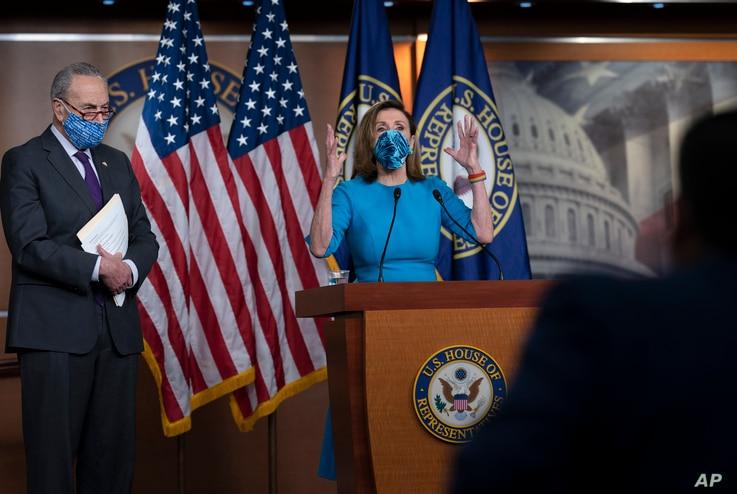DOSSIER - La présidente de la Chambre des communes, Nancy Pelosi, et le chef de la minorité au Sénat, Chuck Schumer, à gauche, rencontrent des journalistes à Capitol Hill à Washington, le 12 novembre 2020.