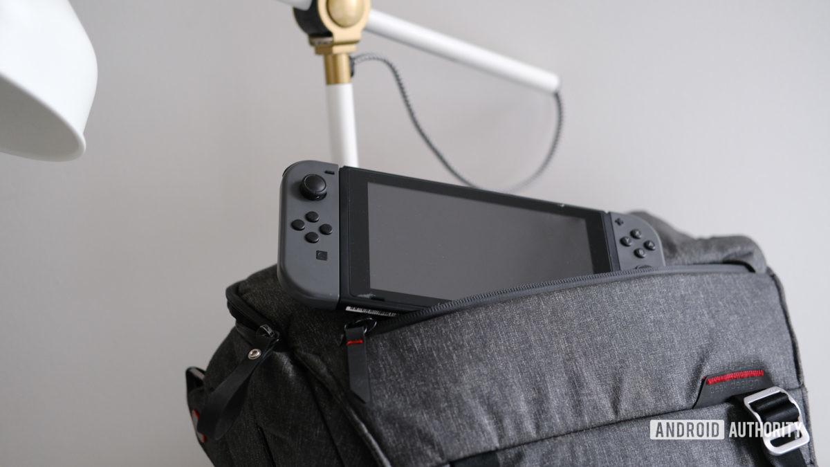 Peak Design Everyday Sling 10L avec Nintendo Switch sortant 3