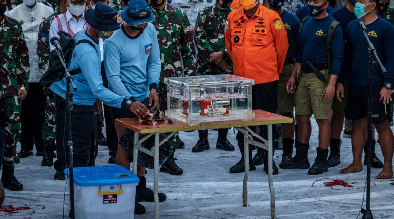 La `` boîte noire '' d'un accident d'avion en Indonésie est récupérée