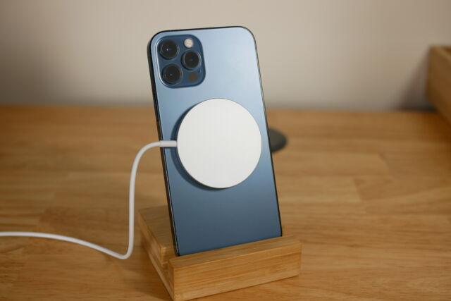 Le chargeur MagSafe d'Apple s'aligne facilement à l'aide d'aimants et délivre une charge de 15 W à l'iPhone 12.