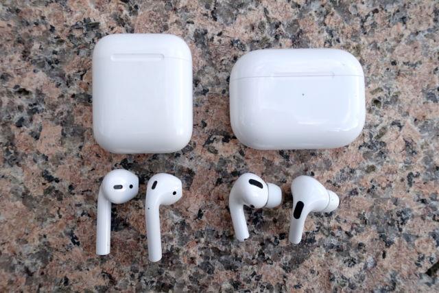 Les AirPods d'Apple (à gauche) et les AirPods Pro.