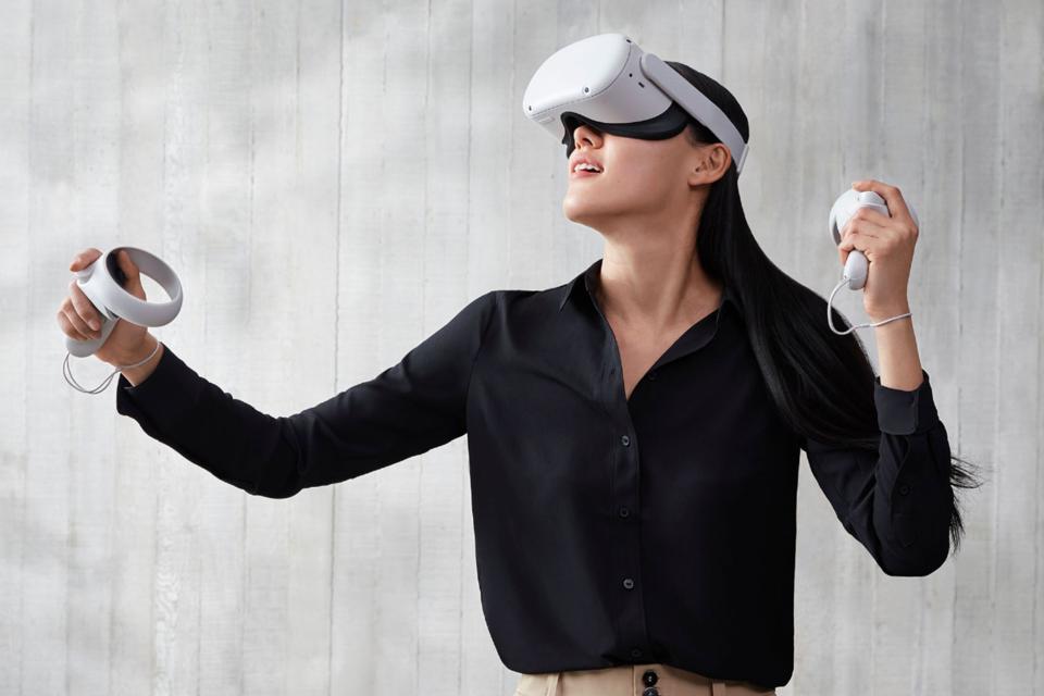Dame jouant à Oculus Quest 2