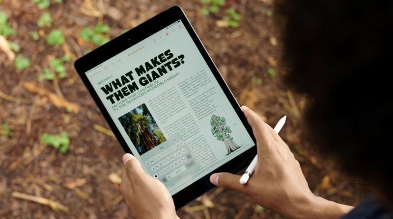 iPad de 8e génération avec Apple Pencil dans un environnement extérieur