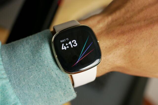 Fitbit's Sense possède tous les capteurs que vous pourriez demander dans un tracker de fitness et des informations et des conseils de santé plus approfondis que ceux offerts par Apple Watches, en particulier avec l'abonnement Premium de Fitbit.