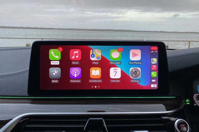 L'énorme écran tactile sur le tableau de bord fonctionne sous BMW OS7.