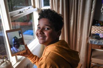 Ndahmowa, 9 ans, parle à des proches sur FaceTime.