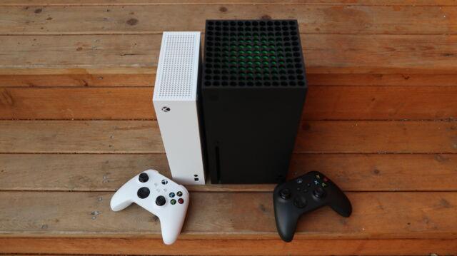 La dernière manette sans fil Xbox à côté des nouvelles consoles Xbox Series S et Xbox Series X.