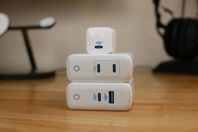 Le PowerPort III Nano d'Anker (en haut) est un chargeur USB-C compact qui peut recharger un iPhone 12 à pleine vitesse.