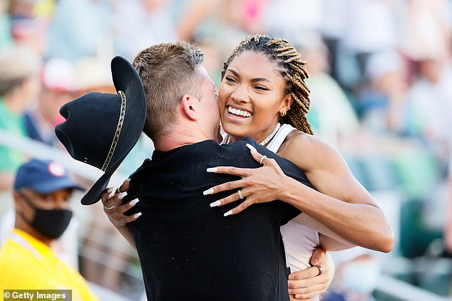 Soutien: En juin, Hunter a regardé Tara sauter de 23 pieds, se classant deuxième dans les épreuves féminines de saut en longueur