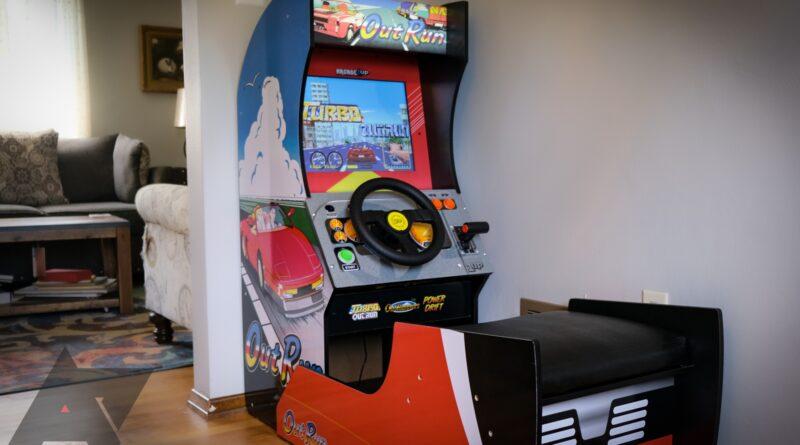 J'ai mis une machine d'arcade Outrun dans ma salle à manger pour que vous n'ayez pas à le faire (mais vous voudrez toujours le faire)