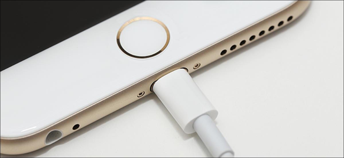Un iPhone en charge sur un câble Lightning certifié MFi.