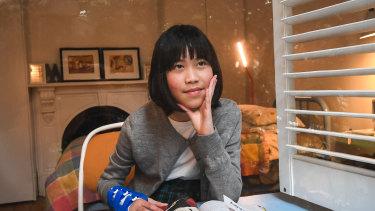 Mila, 11 ans, aide déjà ses parents avec leurs appareils.