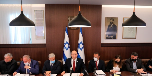 Le Premier ministre israélien Naftali Bennett assiste à une réunion du cabinet dans son bureau à Jérusalem, le dimanche 1er août 2021.