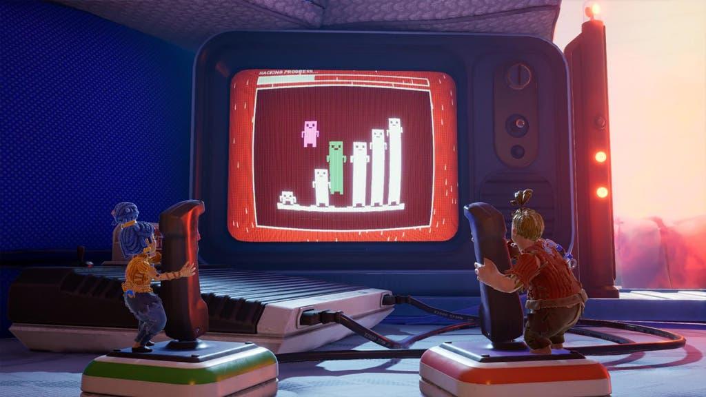 Une capture d'écran du jeu vidéo It Takes Two, montrant deux personnages miniatures tenant des manettes de jeu et jouant à un jeu vidéo sur un téléviseur.