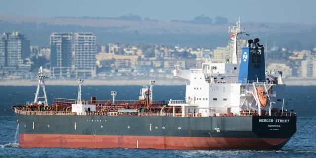 Cette photo du 2 janvier 2016 montre le pétrolier Mercer Street battant pavillon libérien au large du Cap, en Afrique du Sud.  Le pétrolier lié à un milliardaire israélien aurait été attaqué au large des côtes d'Oman dans la mer d'Oman, ont annoncé les autorités vendredi 30 juillet 2021, alors que les détails sur l'incident restaient peu nombreux.