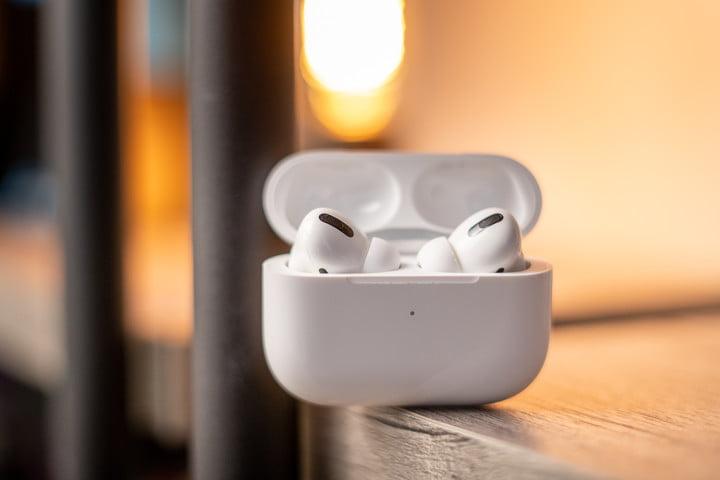 Les Apple AirPods Pro dans leur étui de chargement sans fil.