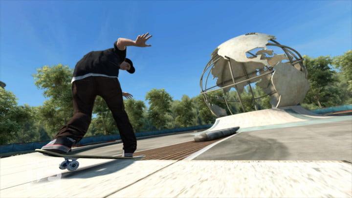 Un skateur s'approche d'une rampe.
